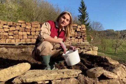ZEMLJOTRES IM SRUŠIO KUĆU Glumica sa suprugom živi u kontejneru i sadi povrće (VIDEO)