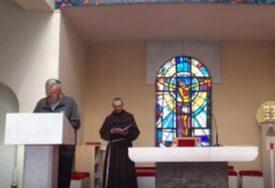 HIT NA INTERNETU Ovako izgleda kada sveštenici mjere socijalnu distancu u crkvi (VIDEO)