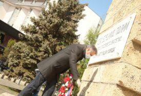 BEZ GRAĐANA I VEĆEG BROJA POLITIČARA Za Dan grada položen vijenac na spomenik borcima NOR (FOTO)