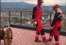 DRŽE POZITIVAN DUH TOKOM EPIDEMIJE Pripadnici GSS se priključili plesnom izazovu (VIDEO)