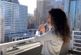"""""""PUKNI, ZORO"""" ODJEKUJE SIJETLOM Marija izađe na terasu i svira za medicinare (VIDEO)"""