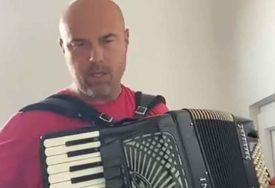 SKRIVENI TALENTI Tegeltija u izolaciji pokazao virtuozne momente na klaviru i harmonici (VIDEO)