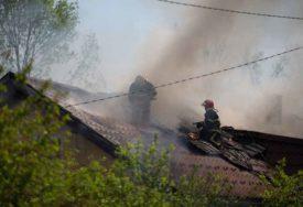 VLASNICA I NJEN UNUK BILI UNUTRA Vatra progutala krov porodične kuće u Prijedoru (VIDEO, FOTO)