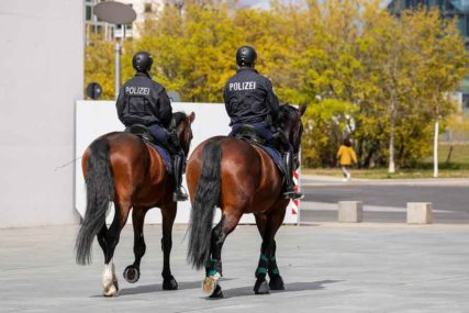 NEVJEROVATAN PODVIG HEROJA Policajac se više od dva kilometra držao za HAUBU BJEGUNCA