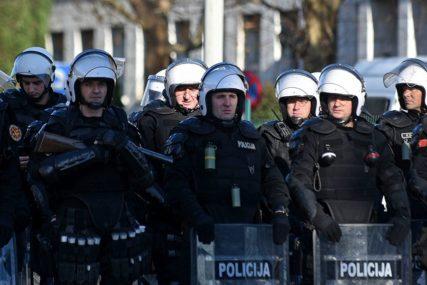 RUŽE ZA POLICAJCE Ovo su tokom protesta u Nikšiću uradile KĆERKE UHAPŠENOG SVEŠTENIKA (VIDEO)