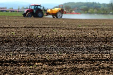 NEPOVOLJNE VREMENSKE PRILIKE U Semberiji sjetva kukuruza zaostaje zbog kiše