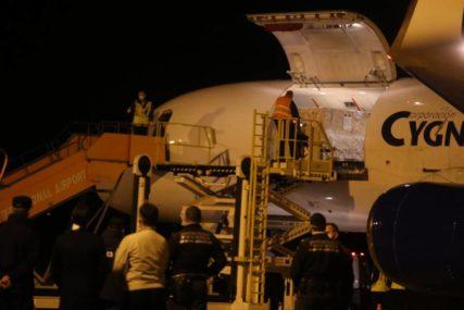 BORBA SA KORONA VIRUSOM U Banjaluku stigao avion sa opremom za pokretnu bolnicu (FOTO)