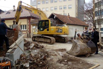 RADOVI NA ŠEST STAMBENIH ZGRADA Građevinci donekle oživjeli utišali Zvornik (FOTO)