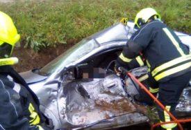 ŽESTOK SUDAR Vatrogasci sjekli lim da bi izvukli povrijeđenog vozača