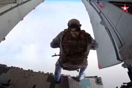 DESILO SE PRVI PUT U ISTORIJI Rusi izveli skok padobranom sa 10.000 metara (VIDEO)
