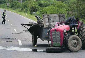 TRAGEDIJA NA PUTU Traktor skrenuo s puta, muškarac (44) pao iz vozila i POGINUO