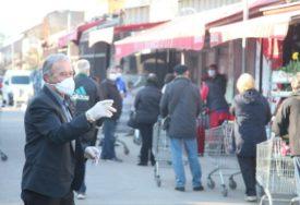 PENZIONERIMA OMOGUĆENO KRETANJE Stariji od 65 godina napravili duge redove ispred marketa (FOTO)