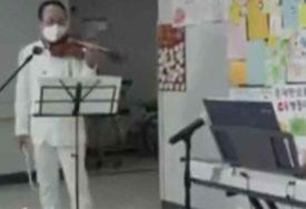 GEST KOJI VRAĆA OSMIJEH NA LICE Violinista održao koncert u bolnici za zaražene koronom (VIDEO)
