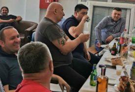 VESELO DRUŽENJE UZ HRANU I PIĆE I vlastodršci u Bijeljini FEŠTAJU u vrijeme zabrana okupljanja