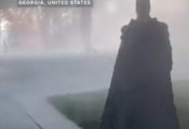 BETMEN MEĐU DEMONSTRANTIMA Kroz dim i suzavac, u sukobu građana i policije POJAVIO SE I ON (VIDEO)