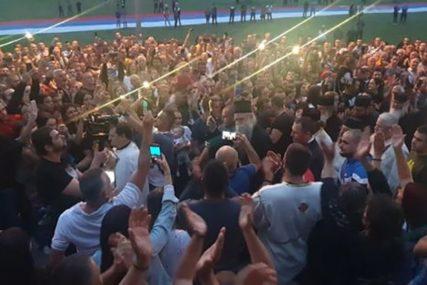 """NE DAMO SVETINJE"" Građani priredili doček za vladiku Joanikija u Beranama (VIDEO)"