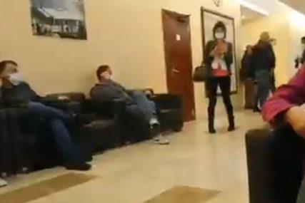 """""""NEMAMO USLOVE ZA RAD"""" Dok se za političare prave posebni uslovi, novinari smješteni u hodnik (VIDEO)"""