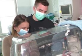SUSRET KOJI TOPI I NAJTVRĐA SRCA Poslije mjesec i po dana vidjeli svoje bebe PRVI PUT U ŽIVOTU (VIDEO)