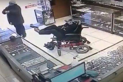 NISU GA SHVATILI OZBILJNO Nepokretan pokušao opljačkati zlataru držeći pištolj stopalima (VIDEO)