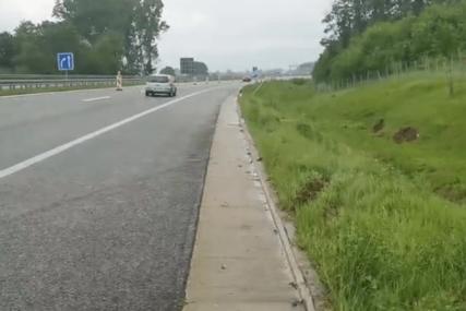 MLADIĆ IZGUBIO KONTROLU, PA ISPAO IZ AUTOMOBILA Preko tijela prešlo nekoliko vozila