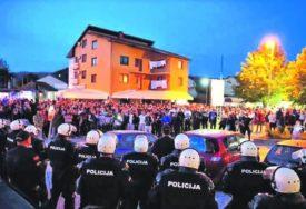 UMALO NIJE DOŠLO DO TEŽEG INCIDENTA Policija Crne Gore se povukla pred vjernicima i sveštenstvom