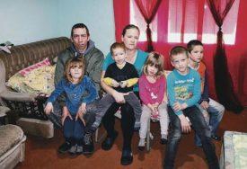 """""""KUPAMO SE U KORITU"""" Petoro djece ostaje bez krova nad glavom, ŽELJNI LIJEPOG ŽIVOTA"""