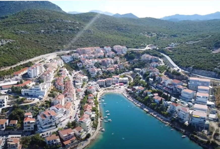 KORONA PROMIJENILA PRAKSU Prevoznici umjesto na crnogorsko primorje ovog ljeta kupače voze u Neum