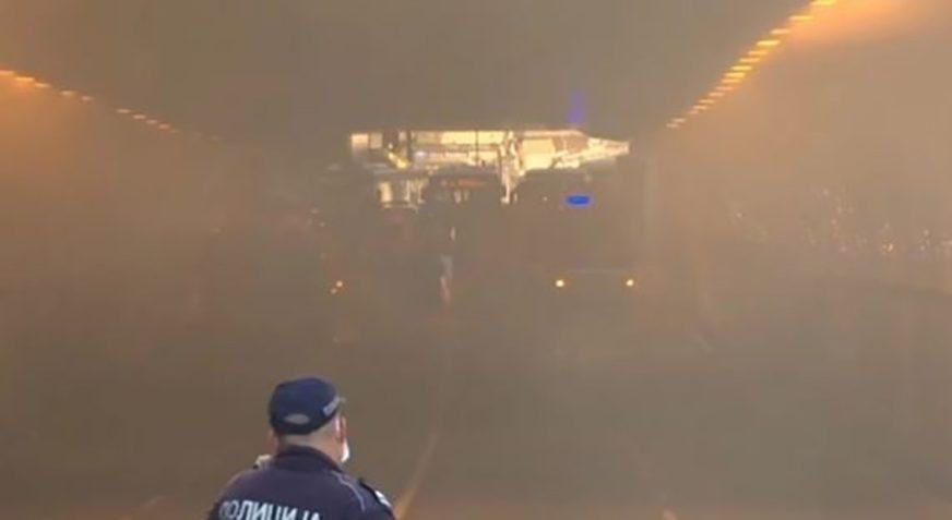 BUKTINJA U TUNELU Zapalio se autobus, povrijeđen vatrogasac