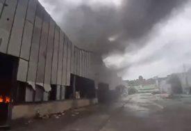 ZABRINJAVAJUĆE Migranti ponovo podmetnuli požar u Velikoj Kladuši (VIDEO)