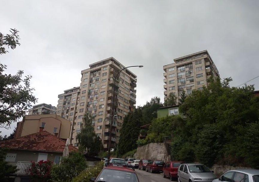 JEZIVO Mladić vezao konopac za ogradu zgrade, pa S OMČOM OKO VRATA skočio sa 6. sprata