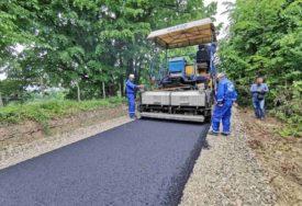 PUT ZA OSTANAK Vlada RS finansirala postavljanje NOVOG ASFALTA u Tobutu kod Lopara
