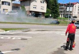 BUKTINJA NA PUTU Tokom vožnje se ZAPALIO AUTOMOBIL na zapadnom tranzitu u Banjaluci