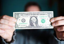 DOLAR SVE SLABIJI Američka valuta ne prestaje da IZNENAĐUJE