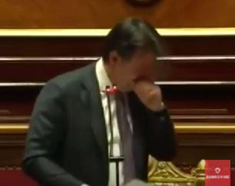 """DOBACIVALI MU """"STAVI MASKU"""" Konteovo kašljanje glavna tema italijanskih medija (VIDEO)"""