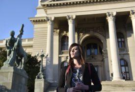 NE ŽELI DA ŽIVI U OVAKVOJ DRŽAVI Profesorka spalila diplome ispred Skupštine