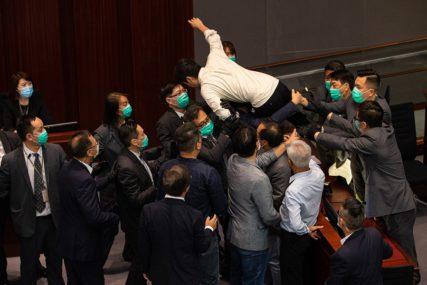 PONOVO RADILE PESNICE Tuča u parlamentu u Hong Kongu, drugi put ovog mjeseca