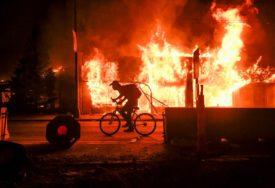 OBRAČUN POLICIJE I DEMONSTRANATA Neredi nastavljeni noćas širom SAD, jedna osoba poginula