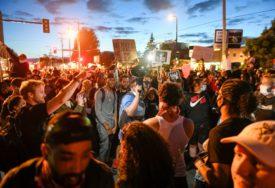 DIVLJAJU NEMIRI U VIŠE GRADOVA U SAD Poginuo policajac u Oklandu, četiri povrijeđena u Hjustonu