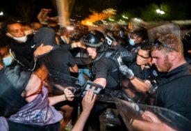 GUMENIM MECIMA U LICE I novinari stradali u rasnim nemirima u SAD (FOTO)