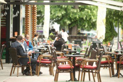 PUNE SE BAŠTE KAFIĆA Ni tmurno vrijeme nije pokolebalo Banjalučane u ispijanju prvih kafa (FOTO)