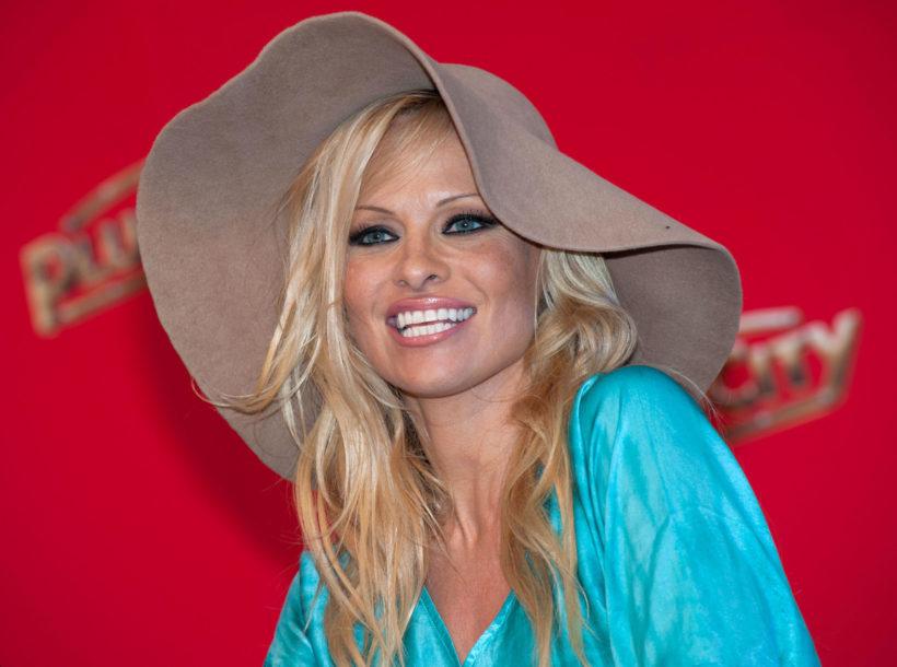U ŠESTOJ JE DECENIJI, A I DALJE JE ŽELE Pamela Anderson u spavaćici, GRUDI u prvi plan (FOTO)