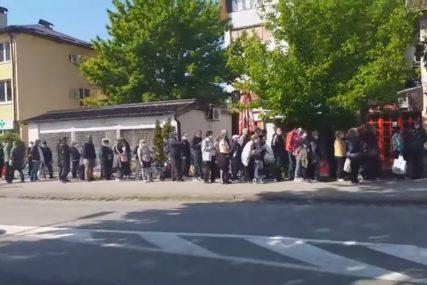 POTRESAN PRIZOR IZ BANJALUKE Građani u redu čekaju besplatnu hranu (VIDEO)