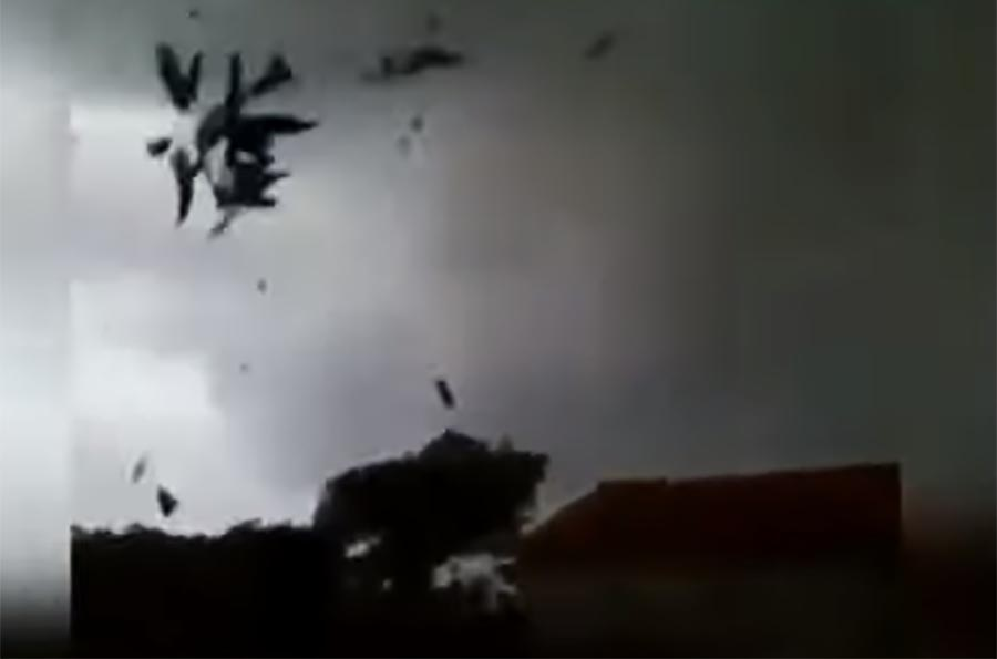 (VIDEO) SNIMAK KOJI POKAZUJE SUROVU PRIRODU: Ljudi plakali dok je tornado uništavao kuće i pravio haos!