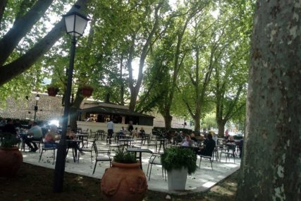 TREBINJE SE VRAĆA U NORMALU Prva kafa u bašti ispod stoljetnih platana (FOTO)
