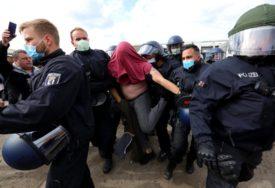 """""""GOSPOĐO MERKEL, RECITE NAM ISTINU"""" Hiljade Nijemaca na ulicama zbog mjera restrikcije"""