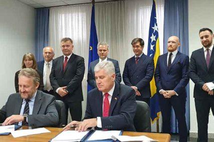 ČOVIĆ I IZETBEGOVIĆ POTPISALI SPORAZUM Omogućeno održavanje izbora u Mostaru nakon 12 godina