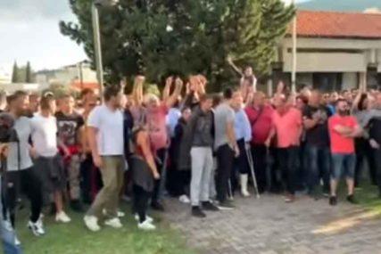 """""""SVETINJA SE BRANITI MORA"""" Nove tenzije u Budvi, građani ispred stanice policije (VIDEO)"""