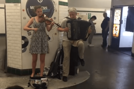 """U CENTRU PARIZA ODZVANJALO """"TAMO DALEKO"""" Prolaznici ostali u čudu umijećem umjetnika (VIDEO)"""