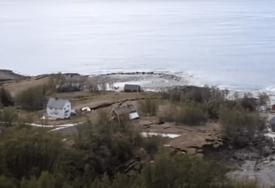 KATASTROFALNO KLIZIŠTE Ogroman komad zemlje odvukao osam kuća u more (VIDEO)