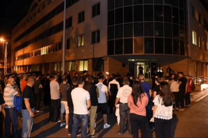 U ZNAK PODRŠKE UHAPŠENOM SVEŠTENIKU Građani protestvovali ispred policije u Podgorici